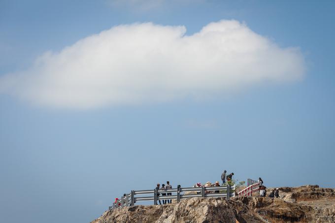 Trên đồi rất ít cây lớn, nhiều bạn trẻ sẵn sàng đội nắng để leo lên những vị trí cao nhất để check-in.