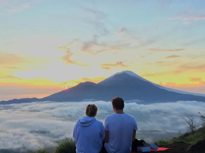 """1. Đỉnh Batur: Người ta nói muốn gặp được nữ thần mặt trời, hãy lên đỉnh Batur. Đây là ngon núi lửa đang """"say ngủ"""", cao 1.700 m so với mực nước biển, nằm yên bình dưới vùng trời phía Bắc đảo Bali. Đỉnh Batur thu hút rất đông du khách tới leo núi mỗi năm. Ảnh: Wandernesia, Nicehike."""