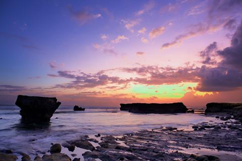 2. Biển Echo: Echo là một bãi biển đẹp nhất nhì Bali với bờ cát trắng trải dài, được bao quanh bởi cảnh quan thiên nhiên hoang sơ, huyền bí. Không những vậy, Echo nổi tiếng với các đợt sóng mạnh, là thiên đường của môn thể thao lướt sóng. Ảnh: Cntraveller.
