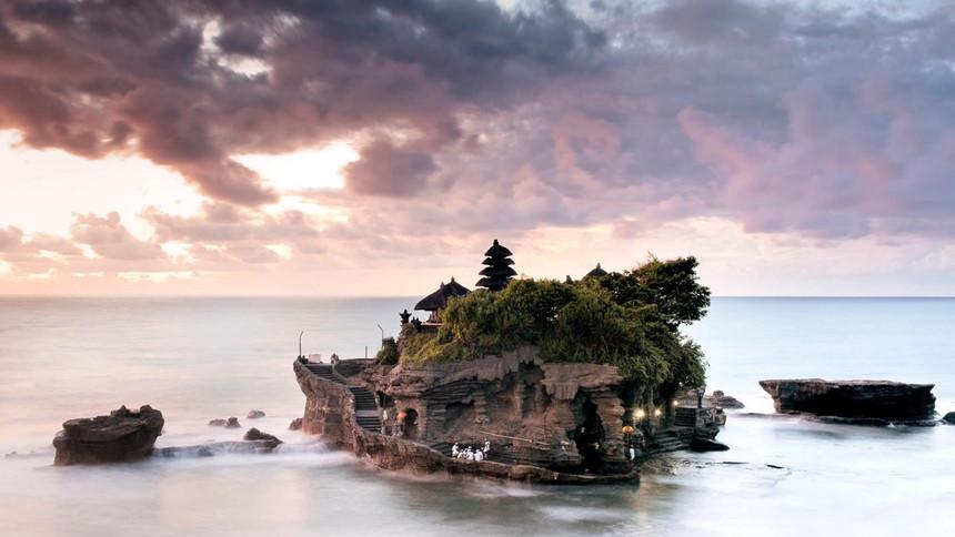 3. Đền Tanah Lot: Đền Tanah Lot nằm trên một mỏm đá khổng lồ giữa biển khơi, từ lâu đã trở thành biểu tượng văn hóa linh thiêng của Indonesia. Đây cũng là địa điểm lý tưởng nhất để ngắm khung cảnh hoàng hôn buông lãng mạn trên vùng biển Bali. Ảnh: Cntraveller, Wanderlusterprincess.