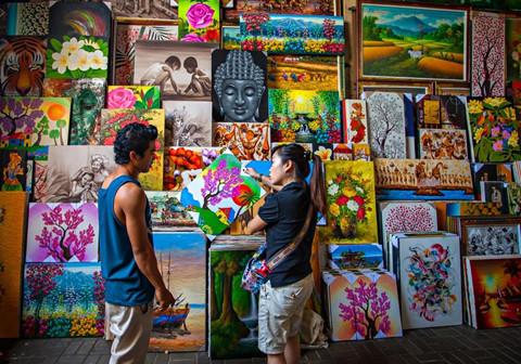 5. Chợ nghệ thuật Sukawati: Khu chợ tồn tại lâu đời nhất ở Bali gắn liền với tên của ngôi làng Sukawati, nơi cư trú của nhiều nghệ sĩ điêu khắc, họa sĩ, vũ công nổi tiếng. Tại đây, bạn hoàn toàn có thể lượm những món đồ mỹ nghệ cực chất với giá siêu rẻ. Ảnh: Senderlifestyle.