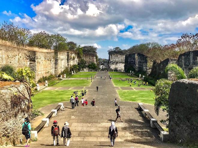 6. Công viên văn hóa Garuda Wisnu Kencana nằm ở Ungasan, Badung, trên đảo Bali. Nơi đây sở hữu rất nhiều công trình, tác phẩm điêu khắc kỳ lạ như những cột đá vôi khổng lồ, Lotus Pond Garud, tượng Garuda hay Ao Sen. Ảnh: Baliday,