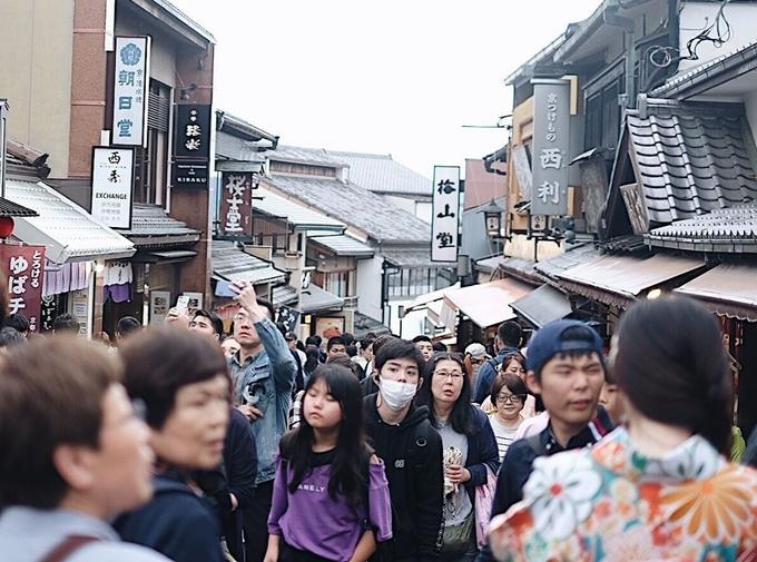 Sannen-zaka là một trong những phố mua sắm nổi tiếng ở Kyoto, vì thế không chỉ du khách mà người địa phương cũng tụ tập về đây vào dịp cuối tuần. Ngày trong tuần thì đỡ chen chúc hơn. Đường đi quanh co, nhiều dốc, dễ thấm mệt. Bạn có thể ghé vào quán cà phê, trà hàng trăm tuổi ven đường nghỉ ngơi.  Địa chỉ: 1-294 Kiyomizu, quận Higashiyama, thành phố Kyoto.