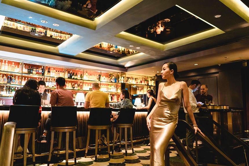 Manhattan là nơi Băng Di tận hưởng nhịp sống về đêm tại Singapore.