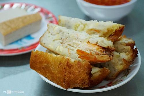 Một phần bánh tôm đậu xanh giá 18.000 đồng.