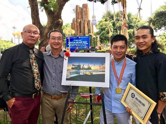 Bức ảnh giúp tác giả (thứ hai từ phải sang) đạt huy chương vàng duy nhất cuộc thi ảnh Đất nước, con người Nam Trung Bộ và Tây Nguyên 2019. Cuộc thi thu hút hơn 2.100 tác phẩm tham dự của 300 tay máy chuyên nghiệp và không chuyên.