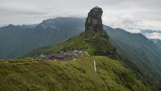 Núi Phạm Tịnh có độ cao 2.570 m, là khu vực cao nhất của dãy núi Wending, tỉnh Quý Châu, tây nam Trung Quốc. Khối núi đá vôi nổi tiếng ở đây có tên Đỉnh Vàng, với hình dáng được nhiều khách tham quan cho rằng giống ngón tay cái, cao hơn 100 m. Trên đỉnh khối đá là hai ngôi đền thờ Phật Thích Ca và Di Lặc, kết nối với nhau bằng một cây cầu nhỏ.
