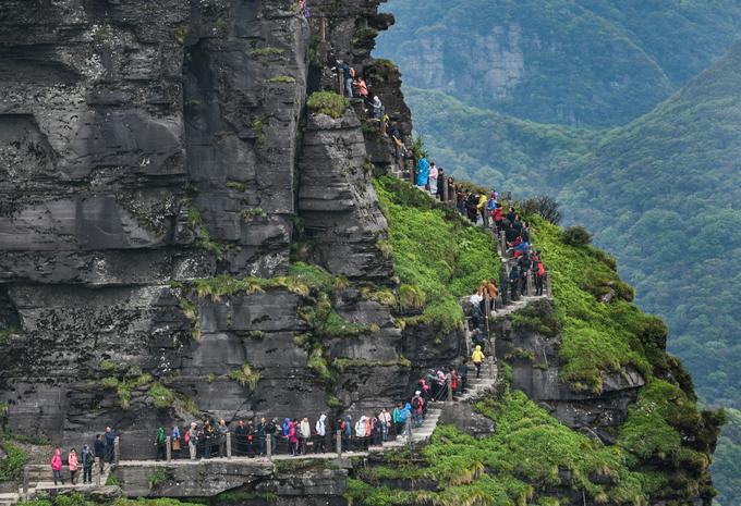 Khách du lịch muốn lên Đỉnh Vàng phải đi theo các bậc thang bằng đá và bám vào các dây xích sắt. Cảnh dòng người ùn tắc thường xuyên diễn ra tại đây bởi lối đi chỉ vừa một người trong khi lượng khách tham quan lớn. Năm 2018, chính quyền địa phương đã giới hạn mỗi ngày cho phép tối đa 23.480 khách tham quan địa điểm này để bảo vệ môi trường và cảnh quan tự nhiên.