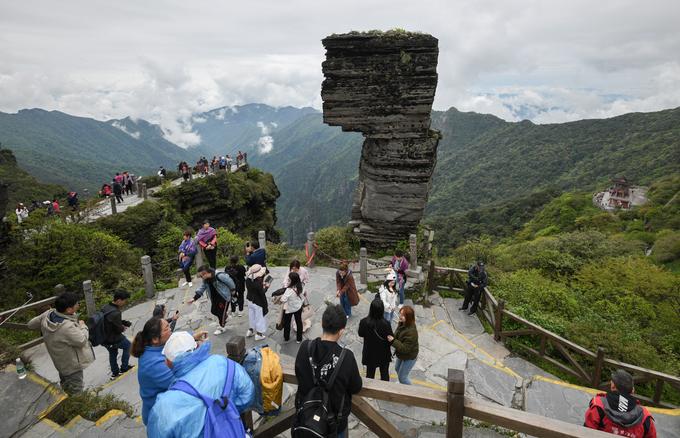 Ngoài Đỉnh Vàng, điểm đến này còn thu hút khách du lịch bởi hai khối đá xếp chồng lệch tâm với tên gọi Đá Nấm, hình thành từ những biến động địa chất được cho là cách đây từ 2 đến 65 triệu năm trước.