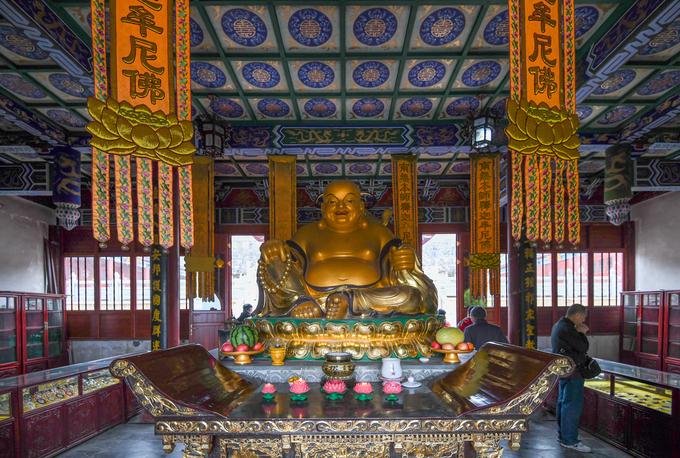 Núi Phạm Tịnh thu hút hàng chục nghìn lượt khách du lịch mỗi ngày. Ngoài những khối đá có hình dáng kỳ lạ, đây cũng là một trung tâm của Phật giáo Trung Quốc. Người dân tin vào sự linh thiêng của ngọn núi này từ thời nhà Đường (618-907). Đến thời nhà Minh (1368-1644), từng có 48 ngôi chùa thờ Phật được xây dựng tại đây nhưng đến nay đa phần đều đã bị phá huỷ. Trong ảnh là bức tượng Phật trong một ngôi chùa trên núi Phạm Tịnh.