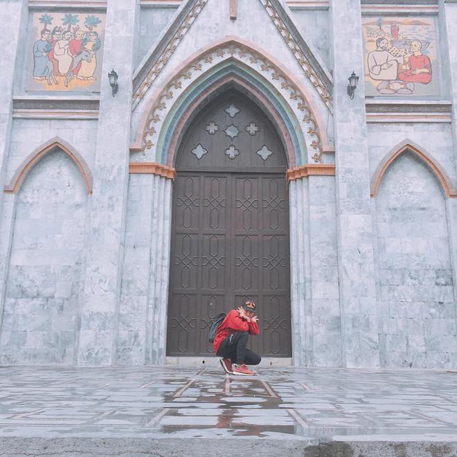 Nhà thờ Lớn: Tọa lạc ngay trung tâm thành phố Nam Định, nhà thờ Lớn có kiến trúc đơn giản song vẫn toát lên vẻ uy nghi, tráng lệ. Nhà thờ có một quảng trường rộng, bồn hoa, tượng đài Đức Mẹ Maria kim loại, sân hành lễ và đường kiệu. Từ lâu, nhà thờ đã trở thành biểu tượng đặc trưng mà bất kỳ du khách nào cũng không thể bỏ qua khi đến Nam Định. Ảnh: Thanhnhan1307, _coca_pepsi.