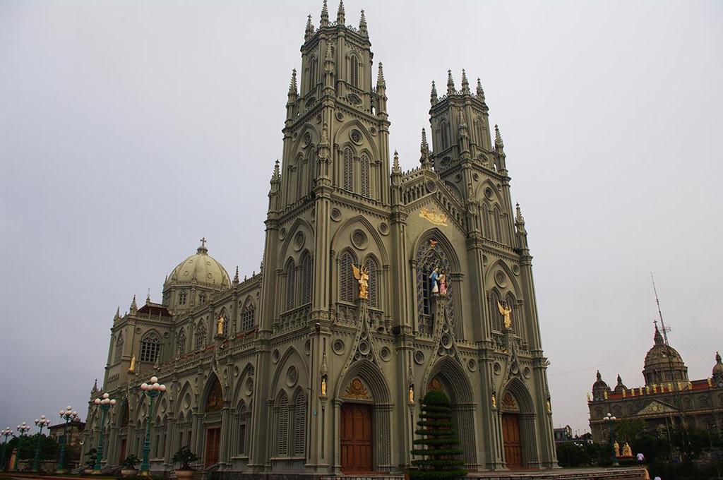Nhà thờ Kiên Lao: Được trang trí bằng các bức tượng đắp nổi, nhà thờ Kiên Lao có lối thiết kế phỏng theo nhà thờ Đức Mẹ Bùi Chu. Nhà thờ được xây dựng bởi sự quyên góp của người dân theo Đạo, do bàn tay của nghệ nhân từ những gia đình nông dân trong vùng. Ảnh: Goadi.