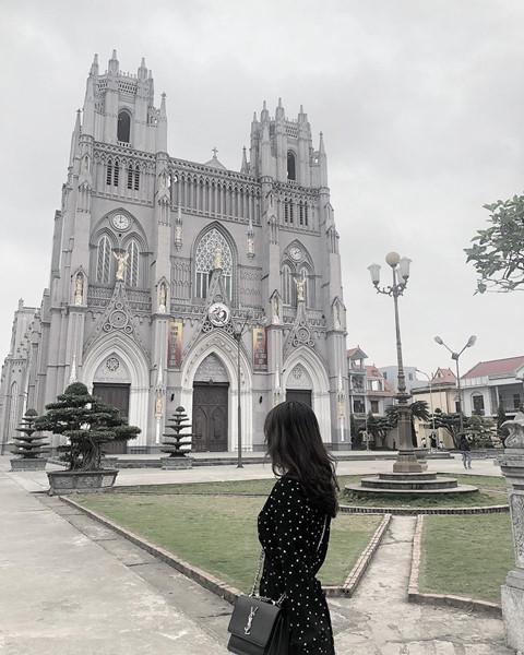 Nhà thờ Phú Nhai: Là một trong những nhà thờ có diện tích lớn và rộng nhất Việt Nam, nhà thờ Phú Nhai mang phong cách kiến trúc Gothic của dấu ấn Tây Ban Nha, sau đó được xây lại theo phong cách kiến trúc Gothic Pháp. Ảnh: Thaont.2511, nhunnocc2011.