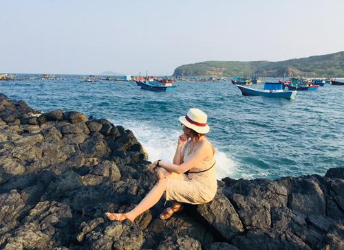 Một bên là gành đá, một bên là biển xanh, xa xa là đồi núi chập chùng... Một góc chụp hình đẹp cho các cô nàng mê sống ảo tại Gành đá đĩa.