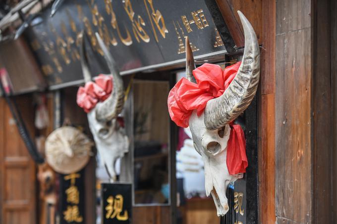 Những cửa hàng tại đây thường treo xương đầu trâu, dê và một số loài động vật còn nguyên sừng trước cửa. Những loài có sừng được người Miêu coi là con vật thần thánh để hiến tế trong các nghi lễ hoặc tạo nên các vật dụng thường ngày.