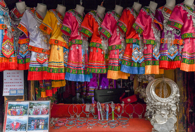 Tại đây còn có các quầy hàng cho thuê quần áo, trang sức để khách du lịch chụp ảnh khi hoá trang thành người Miêu. Giá một bộ quần áo đầy đủ phụ kiện là 30 nhân dân tệ (khoảng 100.000 đồng), không giới hạn thời gian.  Thời gian lý tưởng nhất để đến Tây Giang Miêu trại là khoảng tháng 5-7 khi thời tiết mát mẻ. Dịp Tết Nguyên đán cũng là thời gian thích hợp để tới đây bởi nhiều hoạt động truyền thống độc đáo được tổ chức.