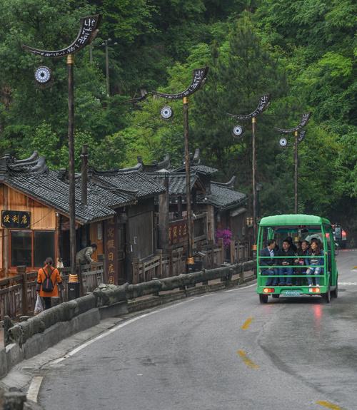 Phương tiện di chuyển chủ yếu cho khách tham quan là xe điện với giá vé 5 nhân dân tệ một lượt (khoảng 17.000 đồng) để di chuyển giữa các điểm trong khu du lịch.