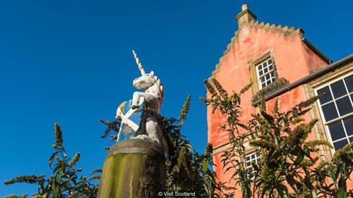Tiếp nối vua James II, vua James III, James IV và cháu trai là James V đã in ấn kỳ lân lên tiền xu, con dấu hoàng gia, áo giáp. Trước năm 1603, huy hiệu hoàng gia Scotland luôn có sự xuất hiện của hai con ngựa một sừng. Ảnh: BBC.