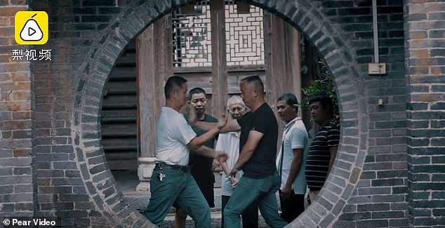 Người dân luyện tập kungfu mọi lúc, mọi nơi mỗi khi rảnh rỗi. Ảnh: Chụp màn hình video.
