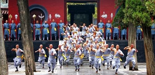Người dân trong làng được học kungfu một cách bài bản sau khi một nhà sư rời Thiếu Lâm Tự đến đây sinh sống. Ảnh: China Discovery.