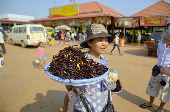 Nhện độc chiên  Tarantula là một loại nhện độc, đồng thời là đặc sản kinh dị nổi tiếng nhất ở Campuchia. Loài nhện này chủ yếu sống ở Kampong, một tỉnh cách Siem Reap hơn 200 km về phía đông nam. Không phải ai cũng can đảm nếm thử món ăn này. Ảnh: Meunierd.