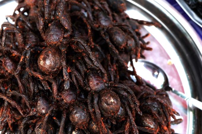 Người Campuchia thường cho những con nhện độc còn sống vào trong chảo dầu nóng, đảo đều đến khi giòn. Đợi nhện ráo dầu, họ rắc gia vị lên trên. Khi thưởng thức, bạn sẽ cảm nhận được món này gần giống với chân cua chiên giòn. Giá mỗi con nhện khoảng 1 USD (hơn 20.000 đồng). Ảnh: Melie Nasr.