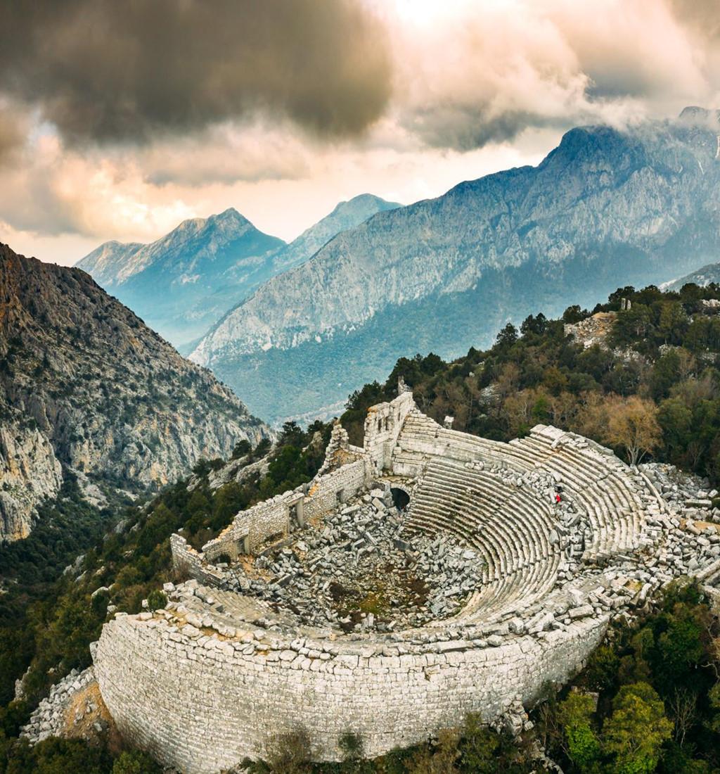 Bức hình chụp Termessos, một địa điểm du lịch còn khá mới mẻ với du khách Việt Nam. Để đến được đây, du khách sẽ phải băng qua chặng đường khá gian nan như đi qua nhiều công trình cũ nát, các cột trụ khổng lồ và các cổng vòm cao xây trên nền núi đá.