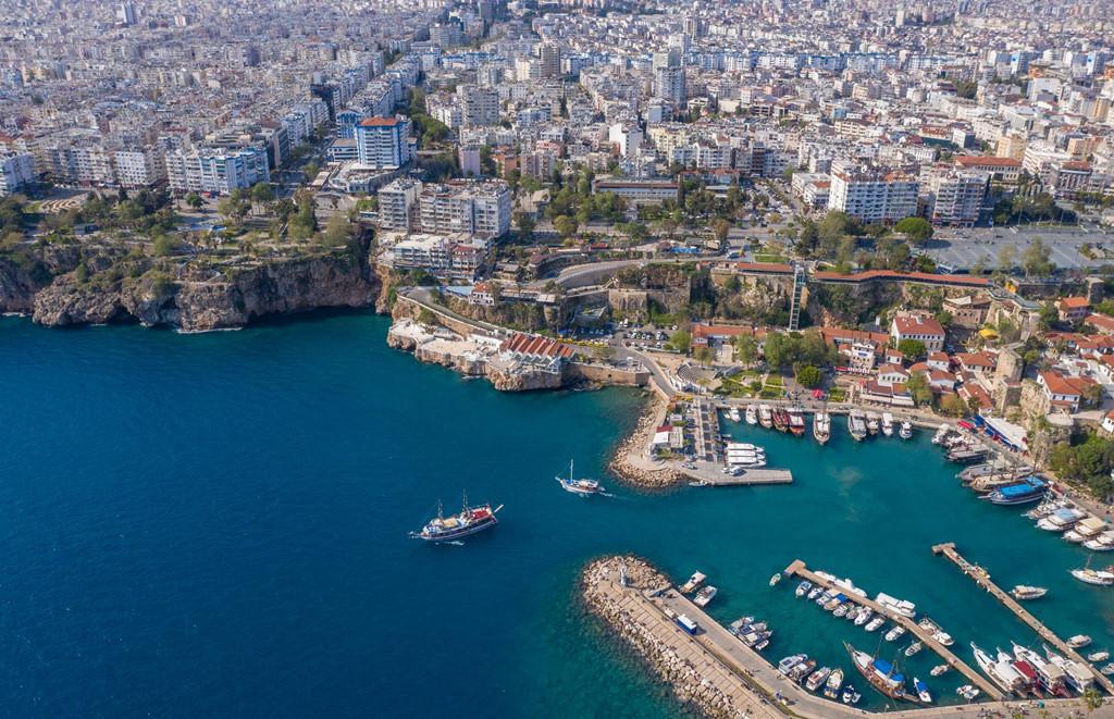 Bức ảnh về Antalya được chụp bằng flycam mang lại góc nhìn mới lạ về vùng đất này. Tọa lạc trên cao nguyên đá nhìn ra biển Địa Trung Hải, Antalya, một trong những thành phố sầm uất và hiện đại nhất Thổ Nhĩ Kỳ, mang tới cho du khách nét đẹp pha trộn giữa cổ đại và cuộc sống bãi biển Thổ Nhĩ Kỳ mới mẻ, nhộn nhịp.