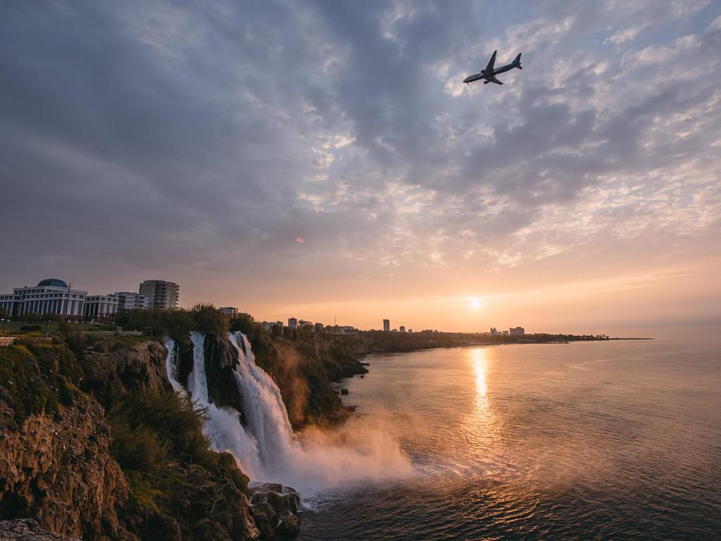 Thác nước Duden, thuộc thành phố Antalya, rực rỡ trong buổi bình minh. Quần thể thác nước Duden gồm hai thác thượng và hạ, được xem là một trong những dòng thác đẹp và kỳ vĩ của thế giới.