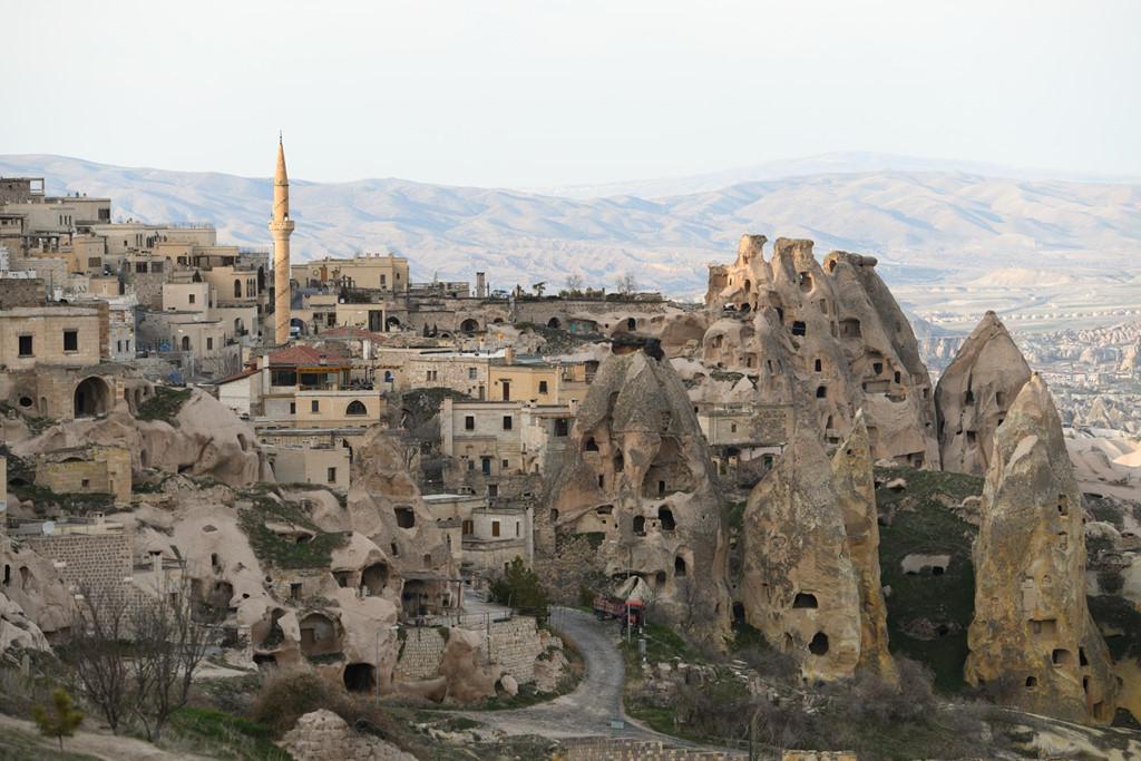 Cappadocia cũng nổi tiếng với những ngôi nhà được xây từ trong lòng đá, những thành phố ngầm từ ngàn đời nay.