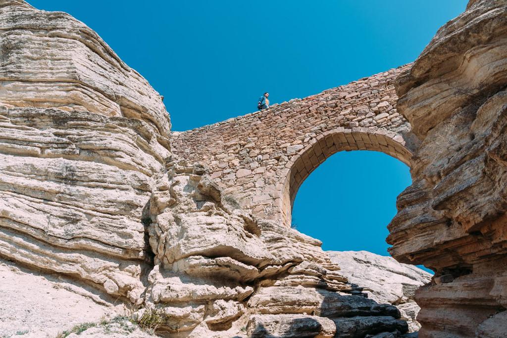 Ngôi làng còn nổi tiếng với cây cầu của quỷ. Du khách sẽ có cảm giác chênh vênh, hồi hộp khi bước từng bước trên cây cầu này.