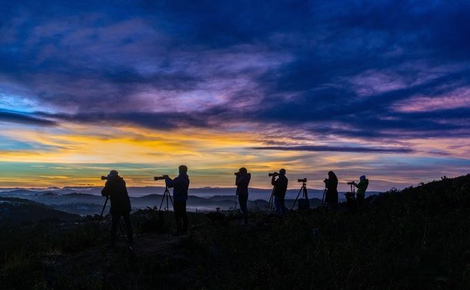 """Một trong những điểm được các tay máy thích """"săn"""" khoảnh khắc bình minh là đồi Du Sinh (ảnh), cách trung tâm Đà Lạt vào khoảng 6 km. Từ đỉnh đồi, bạn nhìn thấy ráng bình minh đỏ rực phủ kín một vùng trời."""