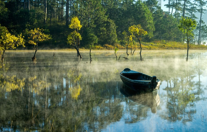Hồ Tuyền Lâm nằm cách trung tâm thành phố Đà Lạt khoảng 5 km về phía nam, được tạo thành bởi dòng suối Tía, thượng nguồn của sông Đạ Tam. Du khách đến đây bị ấn tượng bởi không khí trong lành, mặt nước trong xanh và rừng thông xanh thẳm.