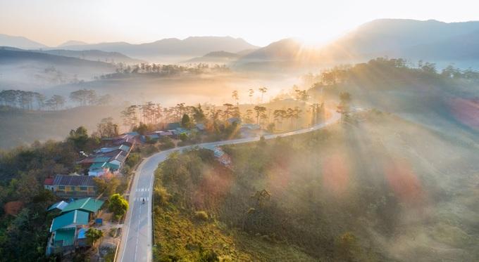 Cung đường đèo K'Long Lanh nối liền Đà Lạt - Nha Trang tại địa phận thôn K'Long Lanh, huyện Lạc Dương, Lâm Đồng có phong cảnh khiến nhiều người phải xao xuyến. Nếu có dịp, bạn hãy xuất phát từ Đà Lạt vào 4h30 để kịp chớp khoảnh khắc nắng xuyên qua rừng thông trên đèo.