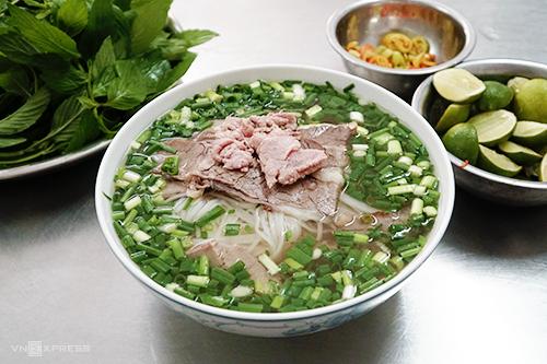 """Phở Tàu Bay  Cùng với phở Hòa, phở Hùng hay phở Dậu, phở Tàu Bay là một trong những thương hiệu lâu năm ở Sài Gòn, còn được thực khách gọi là """"phở xe lửa"""". Quán ăn nằm trên đường Lý Thái Tổ, quận 10. Phần ăn đặc biệt ở quán là tô phở """"xe lửa"""" có giá 70.000 đồng. Suất ăn đầy ắp bánh phở và thịt bên trong. Thịt bò được chế biến theo 5 kiểu: tái, chín, nạm, gầu, gân."""