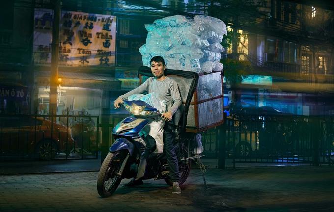 Jon Enoch cho biết, xe máy là một nét đặc trưng trong lối sống của người Đông Nam Á, trong đó có Việt Nam. Đồng thời, phương tiện này cũng được dùng để chở hàng hóa theo những cách thức độc đáo.