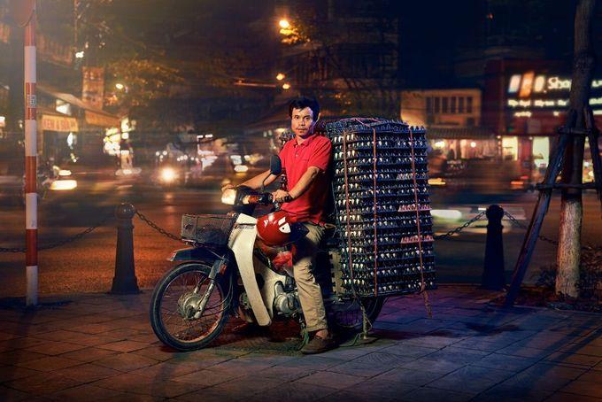 Ở Hà Nội, xe máy có nhiều vai trò, vừa là phương tiện giao thông cho gia đình, đồng thời cũng giúp vận chuyển những thùng hàng được xếp cao chót vót.