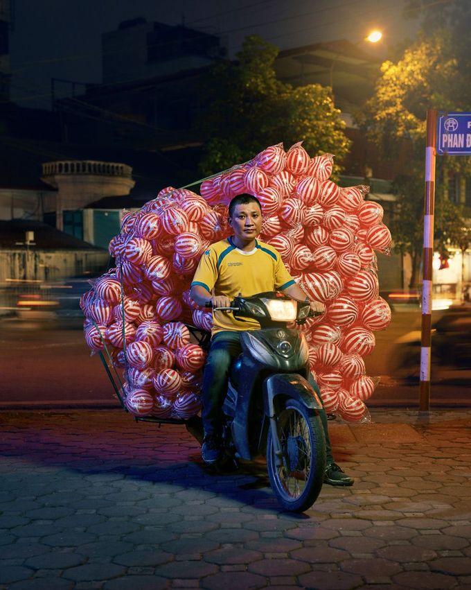 Phương thức vận chuyển hàng hóa bằng xe máy đã tạo ra sức hút với nhiếp ảnh gia Jon Enoch. Từ khi thấy những chiếc xe chở đầy khay trứng, chồng đá viên hay bó hoa khổng lồ, Jon đã ngỏ ý muốn chụp lại hình ảnh sinh động này.
