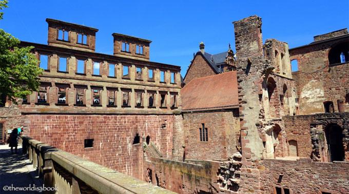 Từ quảng trường Kornmarkt, du khách có thể lên lâu đài bằng tàu hay đi bộ theo hai con đường Burgweg (10-15 phút) hoặc Neue Schlossstraße quanh co khúc khuỷu. Đã bị đổ nát nhưng lâu đài xây bằng sa thạch đỏ này vẫn toát lên được vẻ đẹp hoành tráng, quy mô. Ảnh: Mary Solio.