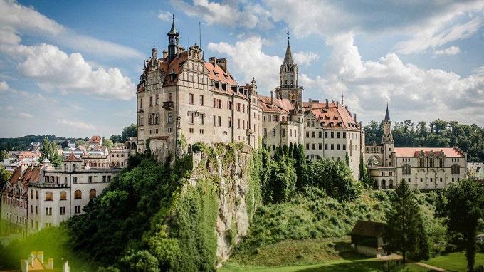 Lâu đài Sigmaringen có một lịch sử dài và phức tạp, thay đổi nhiều chủ sở hữu. Công trình nguyên gốc được xây dựng năm 1077, bị chôn vùi rồi tiếp tục bị phá hủy sau một trận hỏa hoạn năm 1893. Sau đó, lâu đài được khôi phục lại như ngày nay. Ảnh: Bodensee.