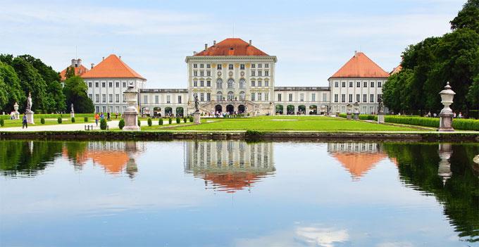 """Cung điện Nymphenburg là một trong những cung điện hoàng gia lớn nhất ở châu Âu. Hàng trăm ngàn du khách đổ về cung điện ở Munich mỗi năm. """"Lâu đài của nữ thần"""" là một kiệt tác của nước Đức và là điểm thu hút không thể bỏ lỡ khi đi du lịch đất nước này. Đây cũng là một điểm đến trong tour du lịch châu Âu 7 nước của Tugo. Ảnh: Getyourguide."""