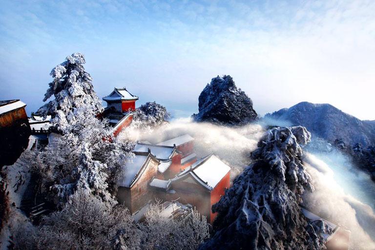 Núi Võ Đang vào mùa đông được đánh giá là đẹp nhưng ít khách du lịch tới thăm do điều kiện thời tiết khắc nghiệt. Ảnh: China Discovery.