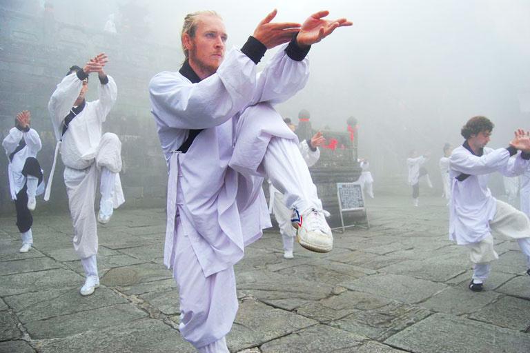 Rất nhiều người nước ngoài tu luyện theo các khoá dạy võ trên núi Võ Đang. Ảnh: China Discovery.