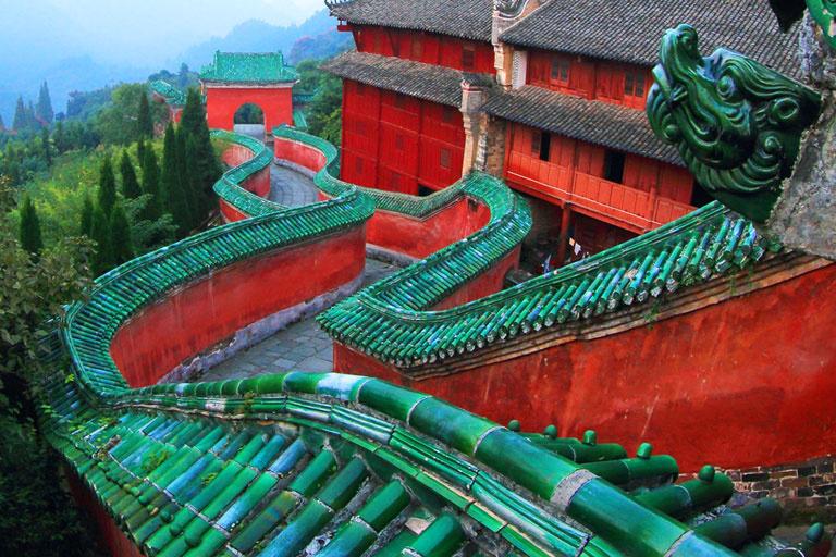 Bức tường của Dốc Thái Tử Fuzhen Guan được xây dựng vào năm 1412 từ thời nhà Minh. Theo truyền thuyết, một thái tử đã đến núi Võ Đang để tu luyện bản thân và sống ở đó trên sườn núi. Ảnh: China Discovery.