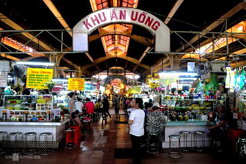 """Khu ăn uống bên trong chợ Bến Thành là """"thiên đường"""" ăn vặt nổi tiếng."""