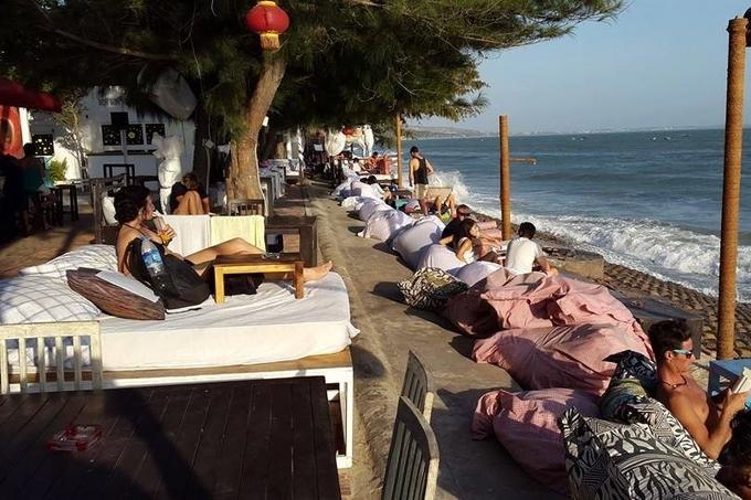 Bắt đầu hoạt động từ năm 2012, Dragon Beach trên đường Nguyễn Đình Chiểu là một trong những quán bar hút khách ở Mũi Né nhờ view đẹp và không gian độc đáo với những chiếc ghế lười kê sát biển, mang lại trải nghiệm thú vị.