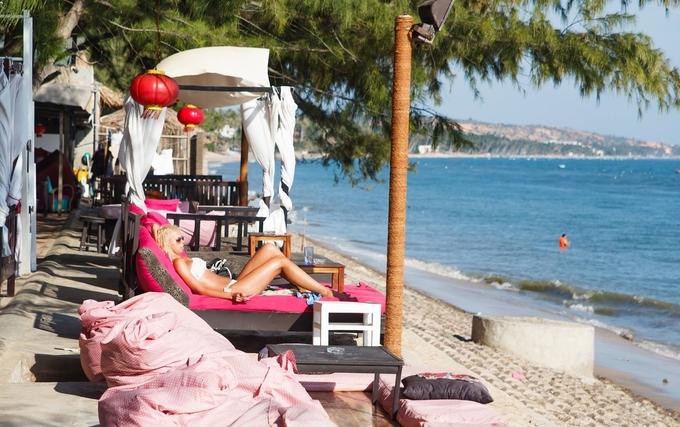 Ban ngày quán khá vắng và thanh bình. Du khách thư thái nằm trên ghế dài đọc sách, sưởi nắng sau khi tắm ở bãi biển ngay trước mặt. Hay bạn có thể đeo kính đen rồi đánh một giấc trên chiếc gối hơi sát bờ kè mà không sợ bị ai làm phiền.