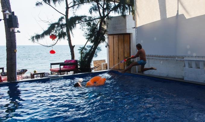 Khuôn viên quán rộng, có cả hồ bơi miễn phí cho bạn chơi đùa thỏa thích, đồng thời cũng là địa điểm tổ chức pool party (tiệc bể bơi) mỗi tối cùng những cô nàng diện bikini.