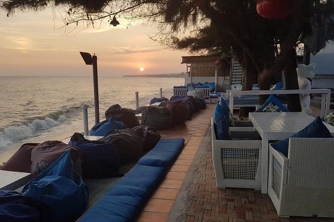 Dragon Beach lý tưởng để ngắm hoàng hôn đẹp miễn chê. Khung cảnh lúc này thích hợp dành cho các đôi tình nhân lẫn người muốn chụp ảnh sống ảo.