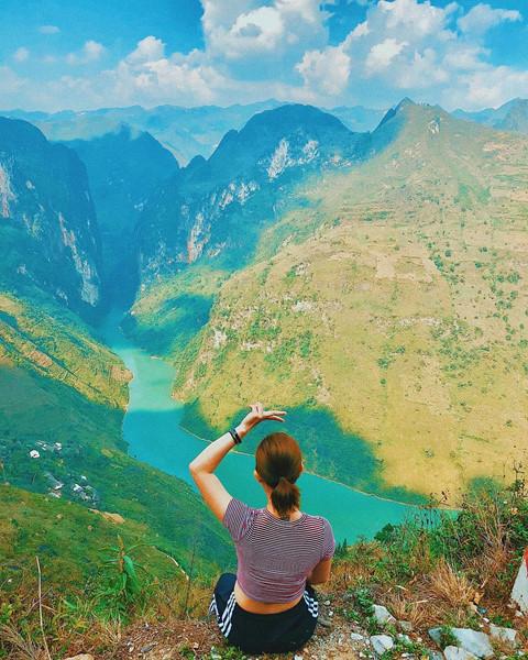 Nằm dưới chân những ngọn núi tai mèo hiểm trở của Hà Giang, dòng sông Nho Quế quanh năm êm đềm chảy giữa những vách đá, tạo thành một đường biên giới màu xanh biếc giữa đèo Mã Pí Lèng và đường Săm Pun. Ảnh: louisscorpio.